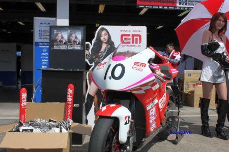 野田弘樹バイクと板野友美の看板