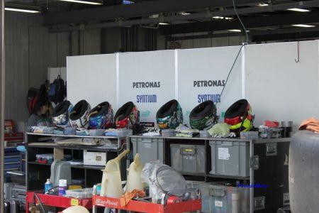 PETRONASチーム。きれいに並べたヘルメット