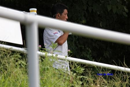 難しい表情で高橋選手の状態を伝える岡田忠之選手