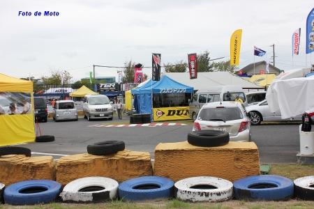 第1パドック。コースに沿って車とテントが配置されるので微妙な円を描いて展開している。