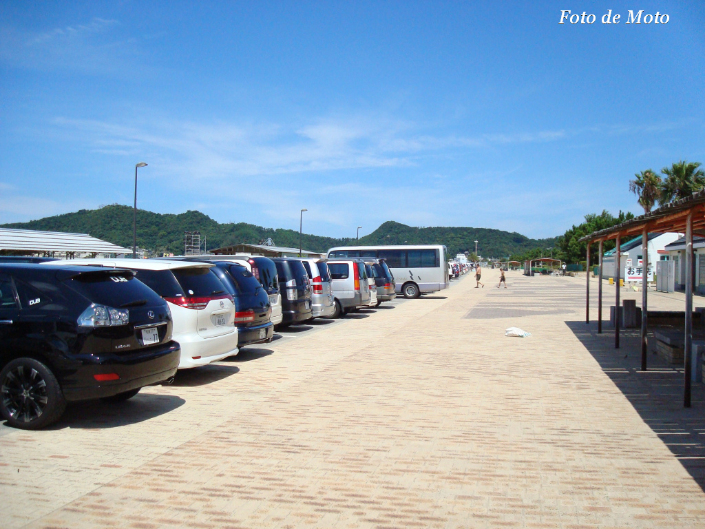 Many come to beach by car
