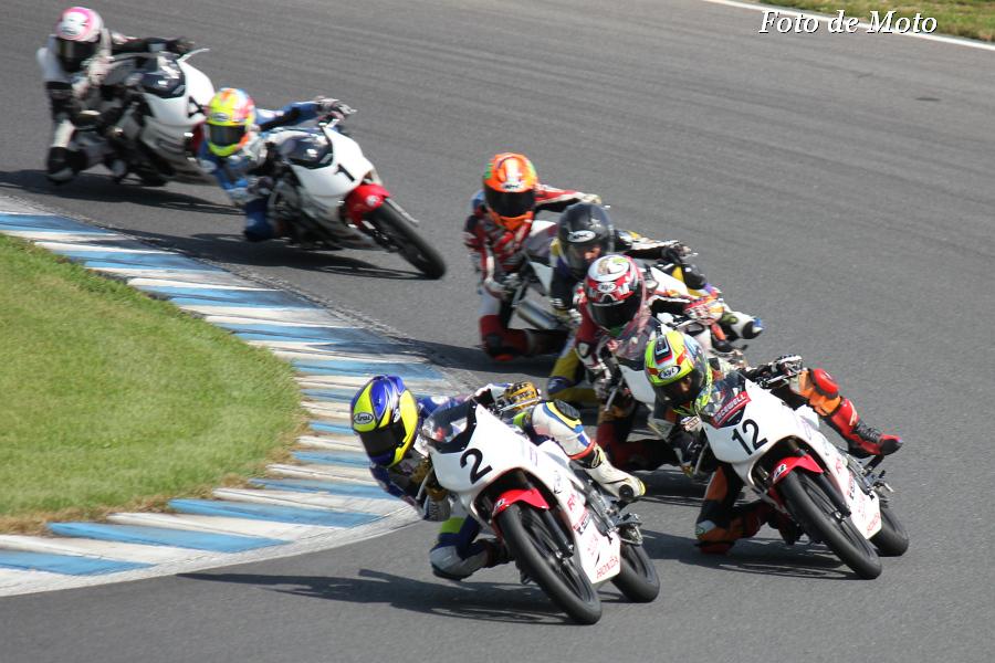 ワンメイクのバイクが集団で競う