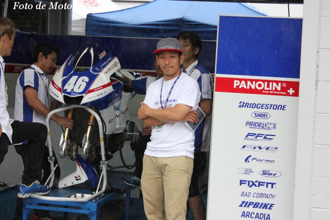 SYNCEDGE 4413 Racing のアドバイザーの酒井大作選手